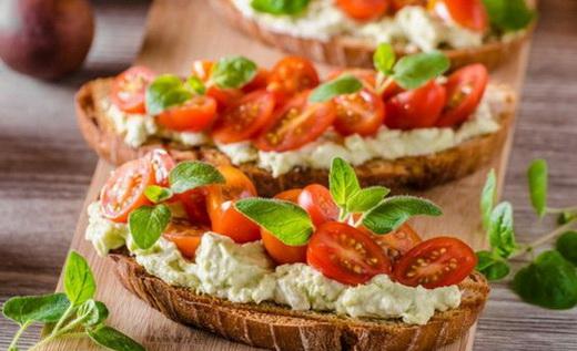 Праздничные бутерброды с помидорами