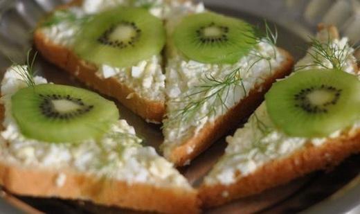 Праздничные бутерброды с киви