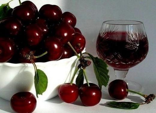 Классическое рубиновое вино из вишни