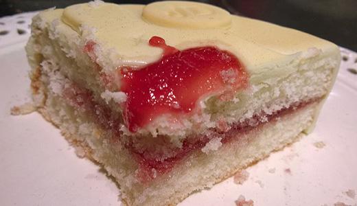 Вкусный пирог с вареньем на кефире