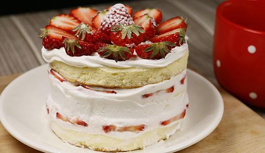 Клубничный торт с творожной начинкой