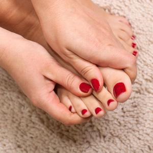 Красить женщине ногти на ногах