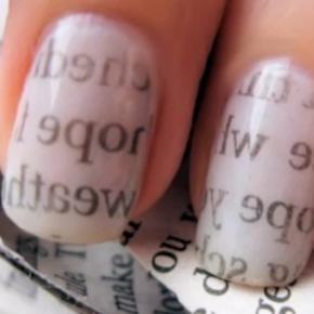 Как покрасить ногти с помощью газеты | Видео пошагово