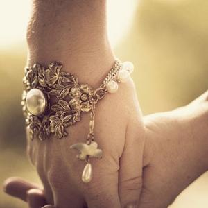 На какой руке носят браслет
