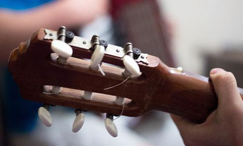 предлагаем уникальную сонник к чему снится играть на гитаре что говорю